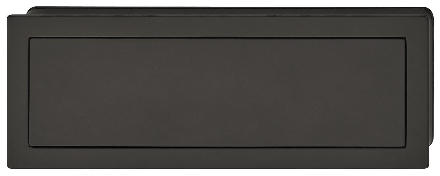 Image of   Enkelt og aflang skålegreb med klap i mat sort zinklegering og sort kunststof bagplade